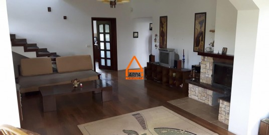 De inchiriat –Vila / Casa – 300 mp , 2500 mp teren – Bucium